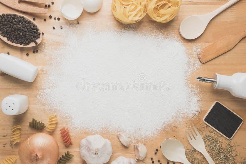 Maqueta de la cocina de la visión superior, utensilios rurales de la cocina en la tabla de madera imágenes de archivo libres de regalías