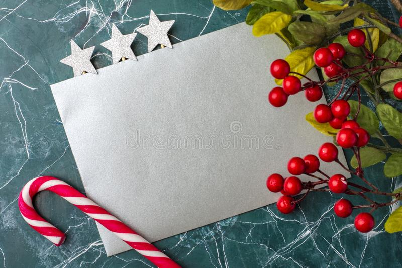 Maqueta de la letra o del sobre en un fondo azul Concepto de enhorabuena en diversos acontecimientos Lugar para su texto imagen de archivo libre de regalías