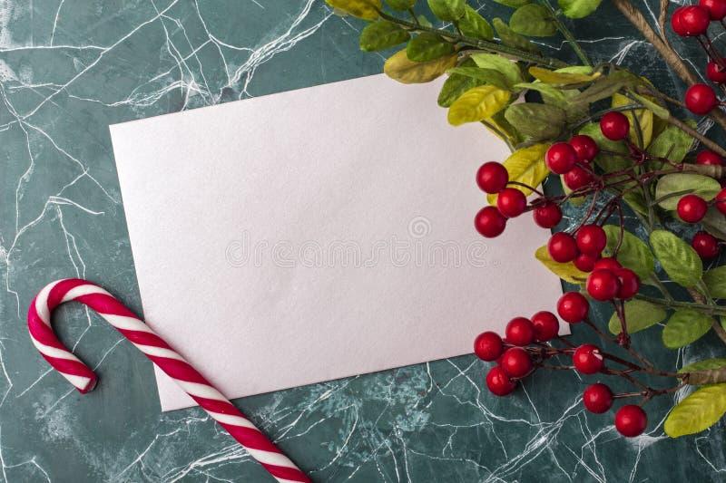 Maqueta de la letra o del sobre en un fondo azul Concepto de enhorabuena en diversos acontecimientos Lugar para su texto fotos de archivo