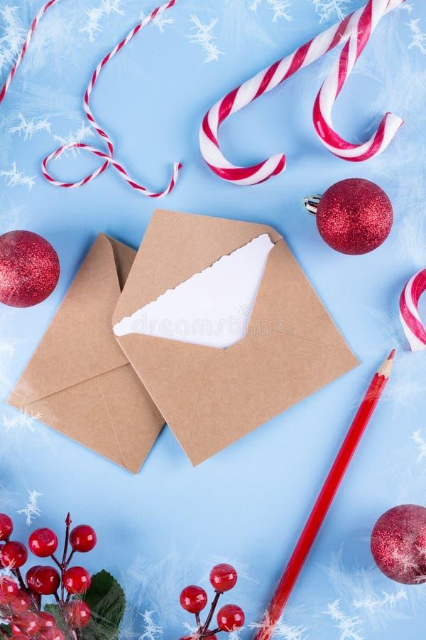 Maqueta de la letra o del sobre en un fondo azul El concepto de enhorabuena coloca para su texto imagen de archivo