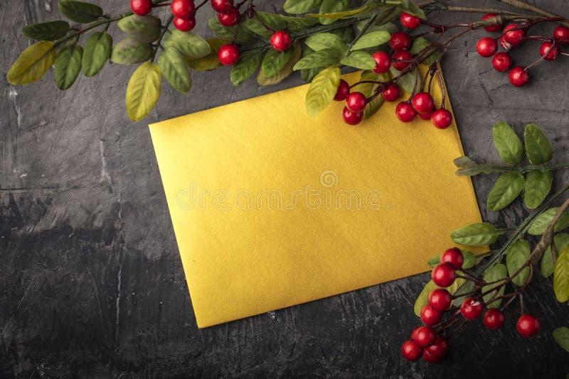 Maqueta de la letra o del sobre en un fondo oscuro Concepto de enhorabuena en diversos acontecimientos Lugar para su texto imagen de archivo libre de regalías
