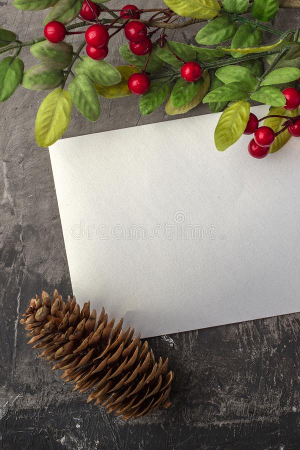 Maqueta de la letra o del sobre en un fondo oscuro El concepto de saludo de la Navidad en el Año Nuevo Lugar para su texto fotos de archivo