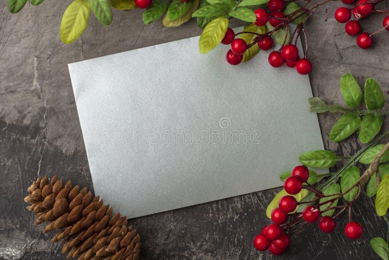 Maqueta de la letra o del sobre en un fondo oscuro El concepto de saludo de la Navidad en el Año Nuevo Lugar para su texto imagen de archivo libre de regalías