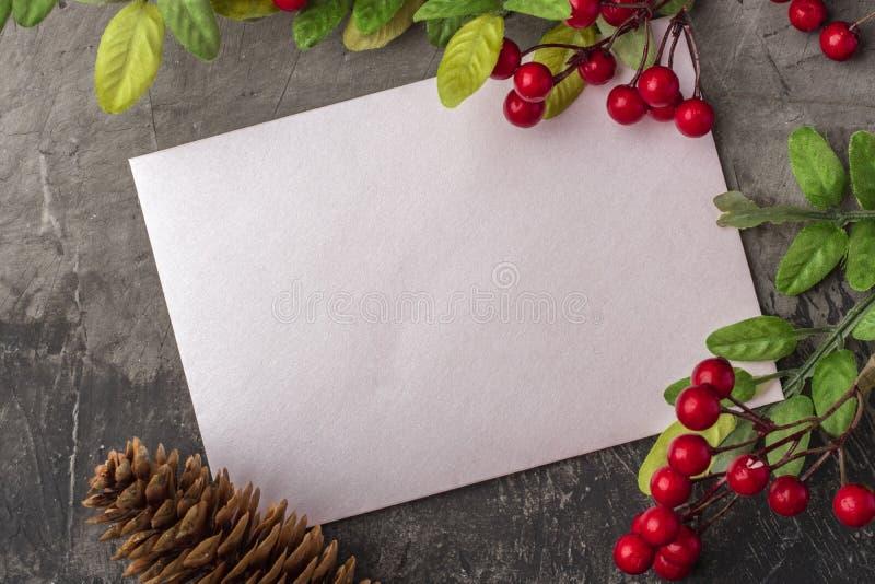 Maqueta de la letra o del sobre en un fondo oscuro El concepto de saludo de la Navidad en el Año Nuevo Lugar para su texto fotografía de archivo libre de regalías
