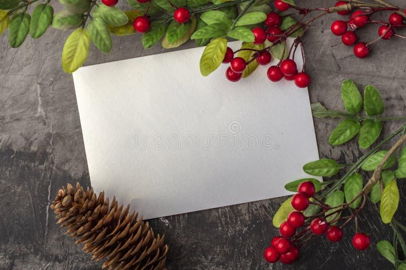 Maqueta de la letra o del sobre en un fondo oscuro El concepto de saludo de la Navidad en el Año Nuevo Lugar para su texto imagenes de archivo