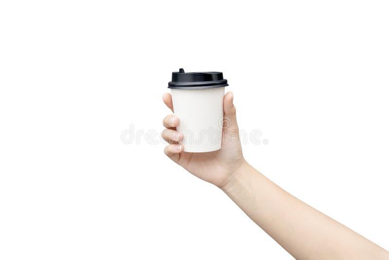 Maqueta de la mano femenina que sostiene una taza de papel del café aislada en fondo gris claro Imagen del primer fotos de archivo