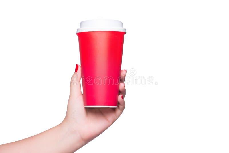 Maqueta de la mano femenina que sostiene una taza de papel del café aislada en whi fotos de archivo libres de regalías