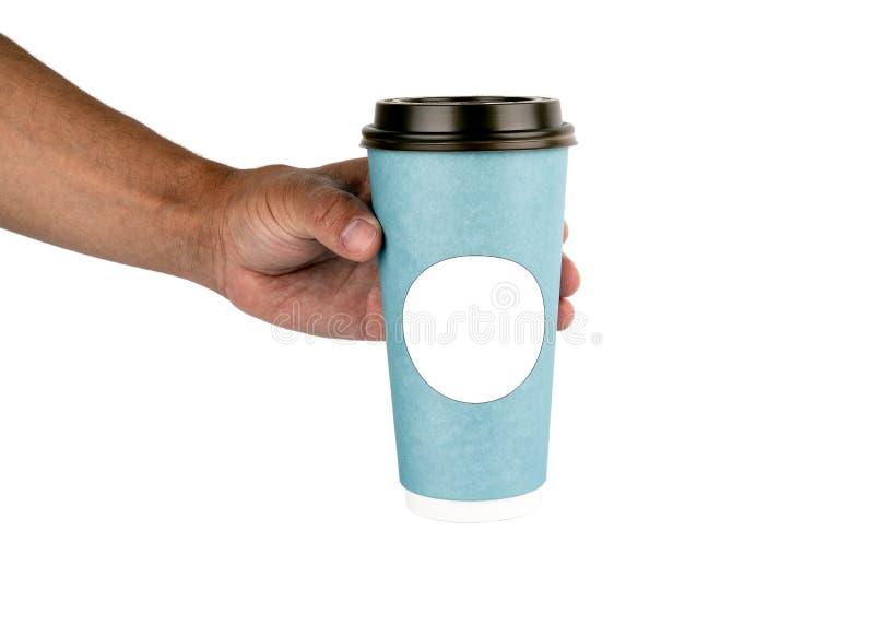 Maqueta de la mano masculina que sostiene una taza de papel del caf? foto de archivo libre de regalías