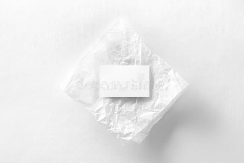 Maqueta de la tarjeta de visita en el papel de trazo arrugado imagen de archivo