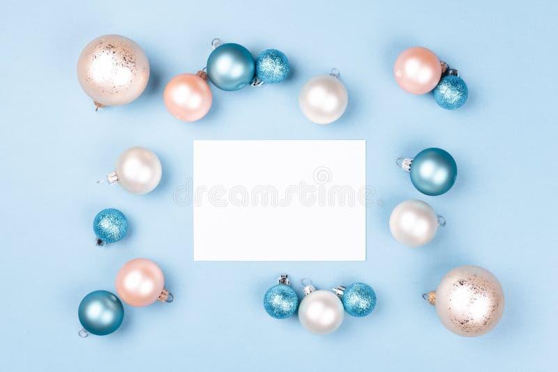Maqueta de la tarjeta de Navidad en el marco de las bolas de la Navidad imagen de archivo libre de regalías