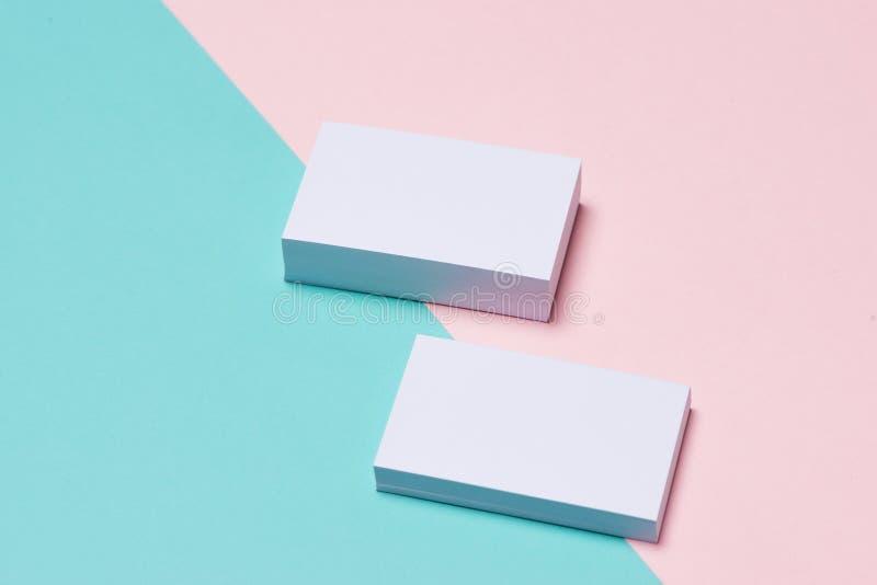Maqueta de las tarjetas de visita en fondo bicolor imagen de archivo libre de regalías