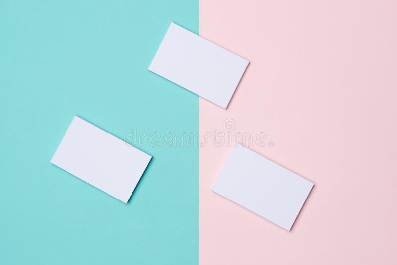 Maqueta de las tarjetas de visita en fondo bicolor imágenes de archivo libres de regalías