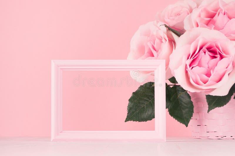 Maqueta de los día de San Valentín con el marco en blanco para el texto y el diseño - ramo romántico de rosas y el marco rosado d imágenes de archivo libres de regalías
