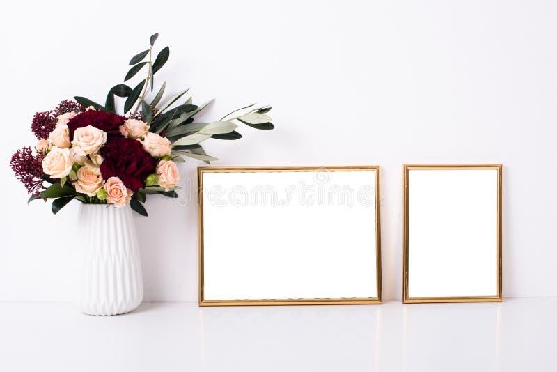 Maqueta de oro de dos marcos fotos de archivo