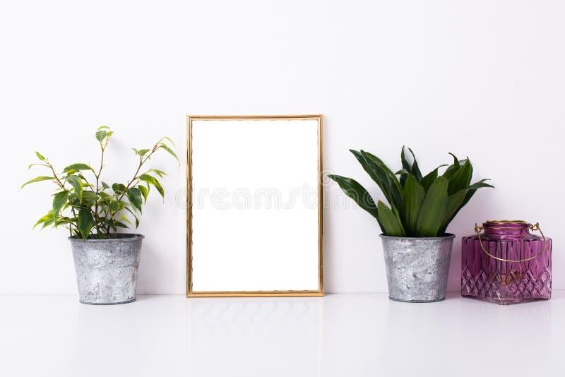 Maqueta de oro del marco en la pared blanca imágenes de archivo libres de regalías