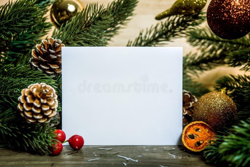 Maqueta de saludo del diseño de tarjeta del papel del día de fiesta de la Navidad con el decorat foto de archivo libre de regalías