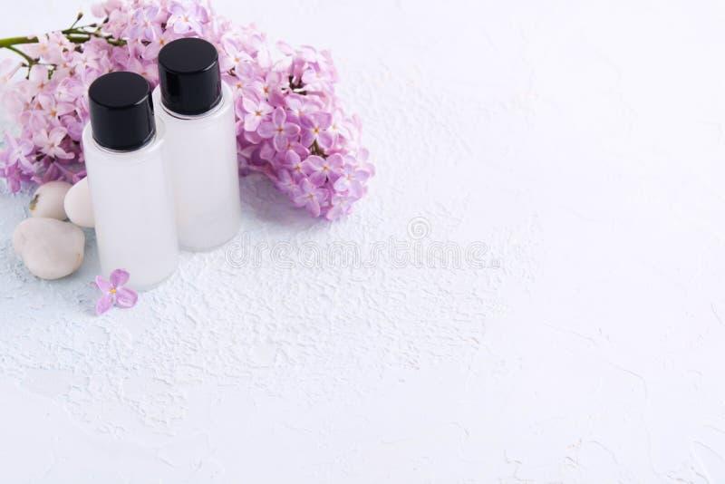 Maqueta del balneario con dos productos para el baño con la lila natural Gel del champ? o de la ducha Concepto de la belleza Copi imagenes de archivo