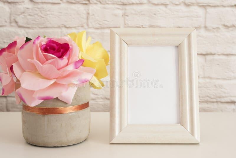 Maqueta del capítulo Mofa blanca del capítulo para arriba Marco poner crema, florero con las rosas rosadas Maqueta del marco del  imágenes de archivo libres de regalías