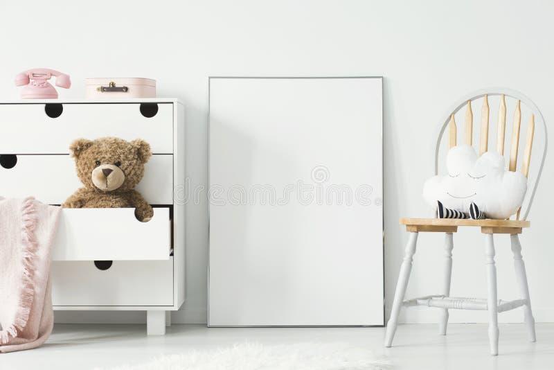 Maqueta del cartel y del gabinete vacíos con el juguete de la felpa y el espacio en blanco rosado fotografía de archivo libre de regalías