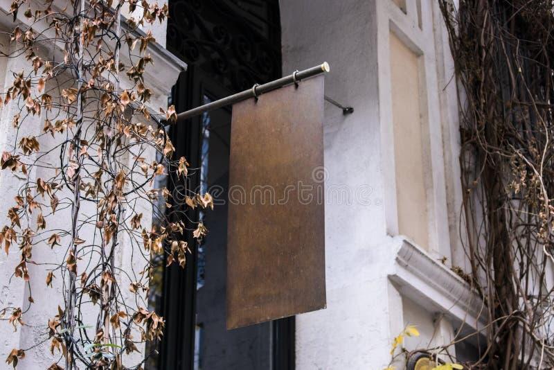 Maqueta del letrero y marco vacío de la plantilla para el logotipo o texto en el fondo exterior de la tienda de la ciudad de la p imágenes de archivo libres de regalías