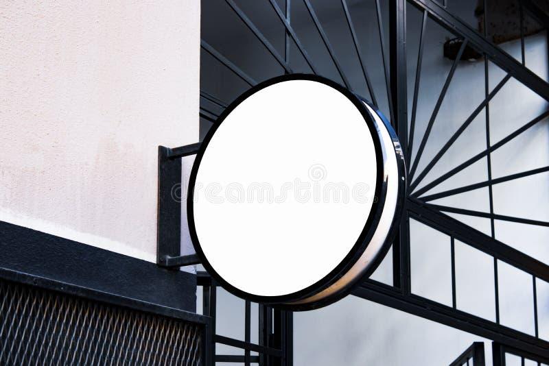 Maqueta del letrero y marco vacío de la plantilla para el logotipo o texto en el fondo exterior de la tienda de la ciudad de la p fotografía de archivo
