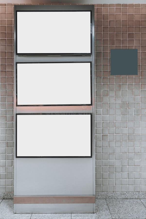 Maqueta del soporte metálico con tres pantallas en blanco blancas imágenes de archivo libres de regalías
