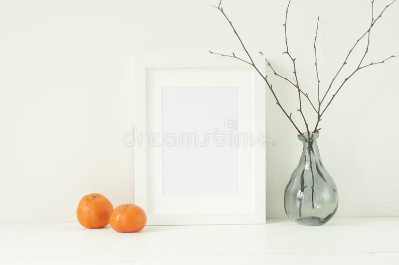 Maqueta elegante mínima con las mandarinas y el marco imagen de archivo libre de regalías