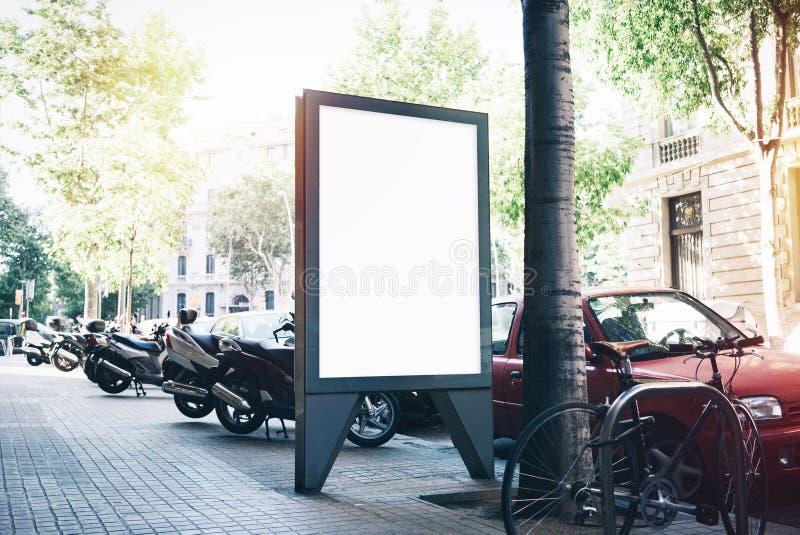 Maqueta en blanco blanca en la parada de autobús fotografía de archivo libre de regalías