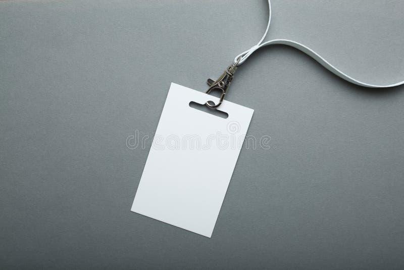 Maqueta en blanco de la insignia aislada en la trayectoria que acorta gris Etiqueta del nombre con la cinta, diseño corporativo foto de archivo libre de regalías