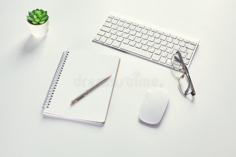 Maqueta, equipo de escritorio y oficina de la presentación del espacio de trabajo supl. fotografía de archivo
