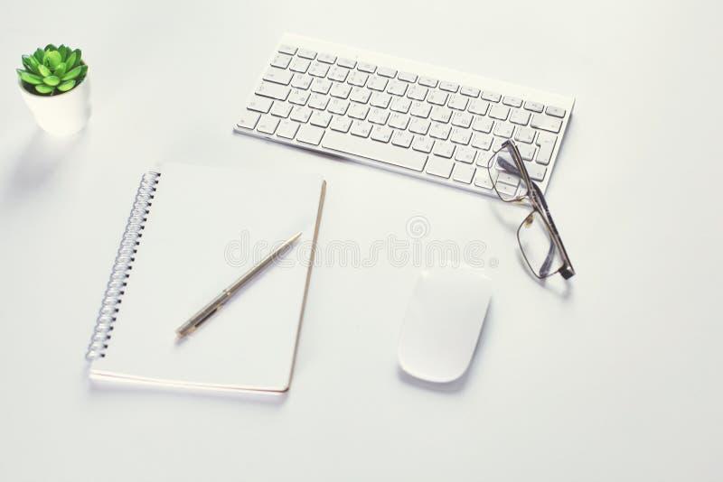Maqueta, equipo de escritorio y oficina de la presentación del espacio de trabajo supl. imagen de archivo libre de regalías