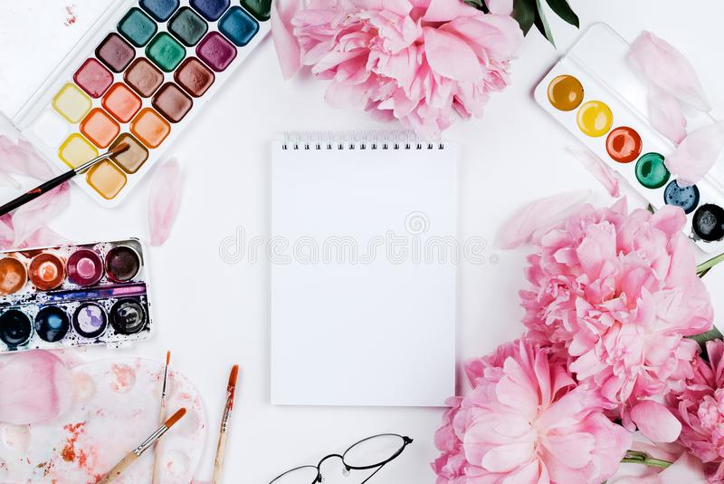 Maqueta flatlay femenina hermosa con el cuaderno, fuentes de los efectos de escritorio foto de archivo libre de regalías