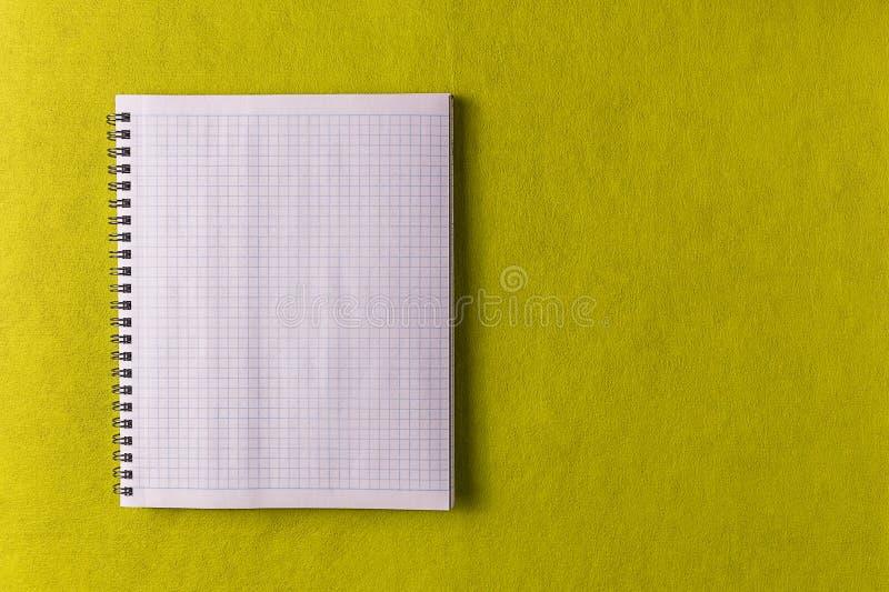 Maqueta Fondo de papel amarillo y hoja blanca del cuaderno foto de archivo