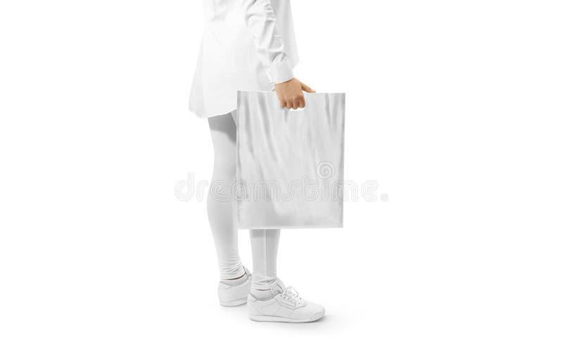 Maqueta gris en blanco de la bolsa de plástico que lleva a cabo la mano fotos de archivo