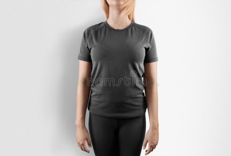 Maqueta gris en blanco del diseño de la camiseta Soporte de las mujeres en camiseta gris fotos de archivo