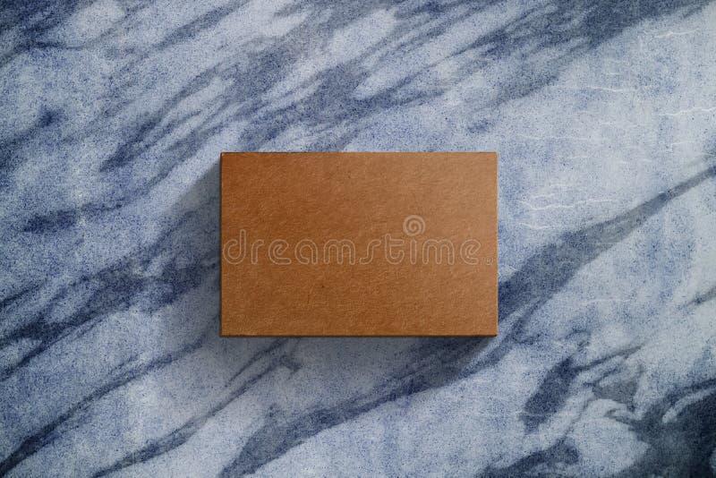 Maqueta presente sobre la tabla de mármol, arte en blanco de la tarjeta de visita fotos de archivo libres de regalías