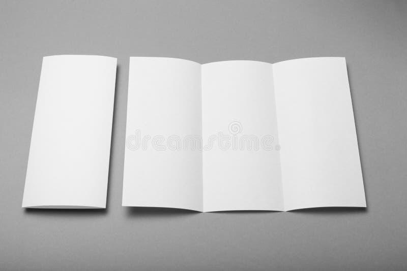 Maqueta triple del espacio en blanco del folleto Fondo del folleto imágenes de archivo libres de regalías