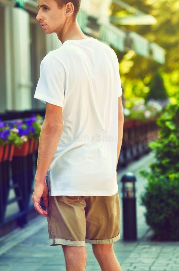 Maqueta urbana de la ropa con el individuo joven que se colocan en un s acogedor fotos de archivo libres de regalías