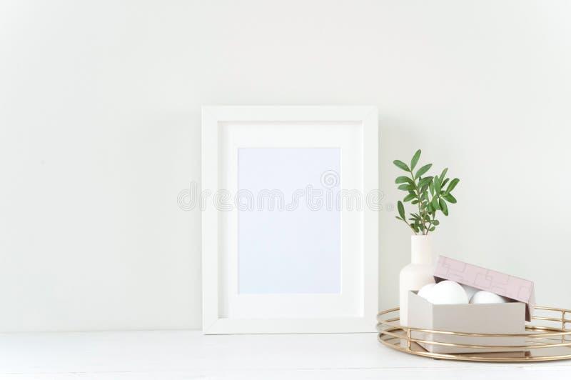 Maquette blanche de cadre avec la composition en Pâques photo libre de droits