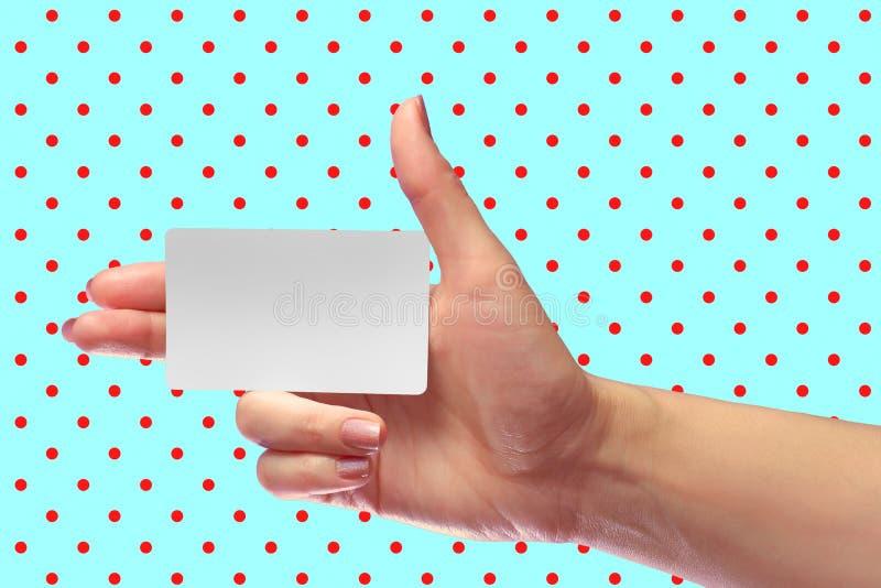 Maquette blanche de carte de bon de main blanc femelle de prise SIM Christmas Gift Carte de boutique de fidélité Billet en plasti photographie stock libre de droits