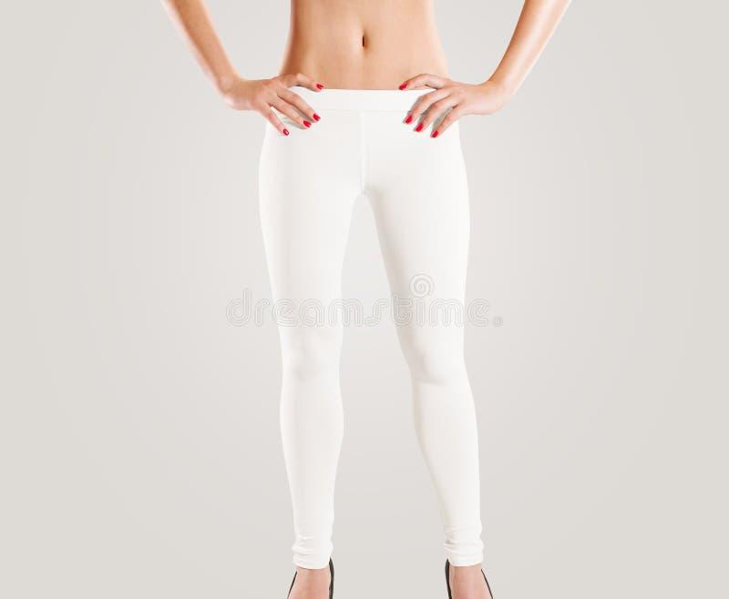 Maquette blanche de guêtres de blanc d'usage de femme, sur le gris image libre de droits