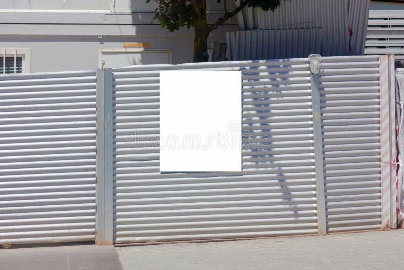 Maquette blanche extérieure d'affiche sur le métal ondulé image libre de droits