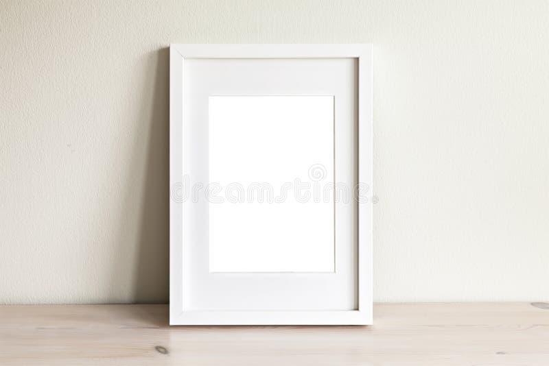 Maquette blanche verticale de cadre photo libre de droits