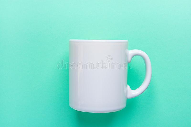 Maquette blanche vide de tasse sur le fond clair de turquoise L'espace de calibre pour le lettrage créatif d'illustration images stock