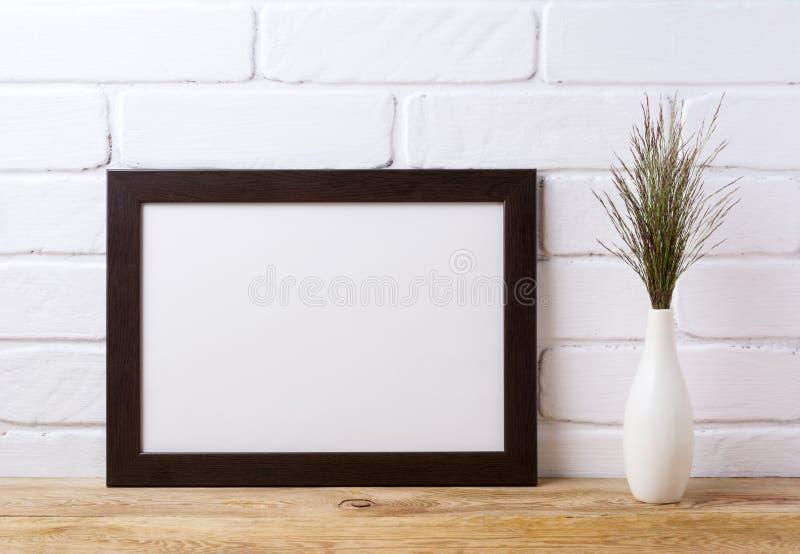 Maquette brune noire de cadre de paysage avec l'herbe foncée dans v élégant images stock