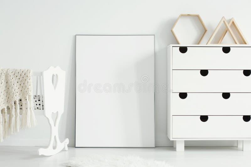 Maquette d'affiche vide entre le berceau et le coffret blancs dans le simpl photos stock