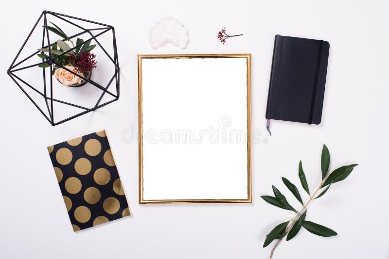 Maquette d'or de cadre sur le dessus de table blanc photo stock