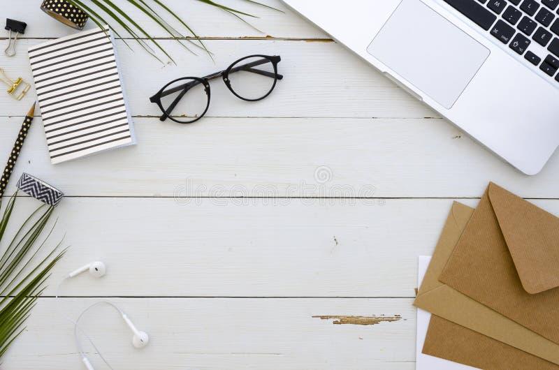 Maquette d'espace de travail avec l'ordinateur portable, l'enveloppe et les crayons colorés Citation d'inspiration de lettrage de photographie stock libre de droits