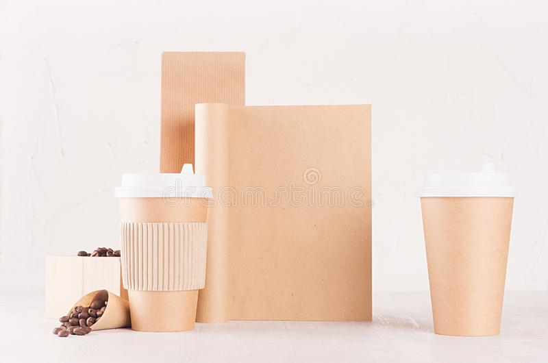 Maquette d'identité de marquage à chaud de café dans le style minimaliste - emballage de papier brun de papier d'emballage, tasse photographie stock libre de droits