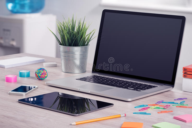 Maquette d'ordinateur portable avec la tablette et le smartphone sur le bureau photos stock